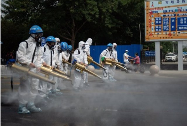 Membres de l'equip de neteja de Pequín en el mercat majorista de Yuegezhuang situat a la capital.