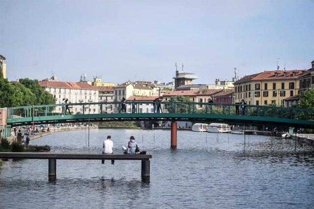 18 May 2020, Italy, Milan: Italians sit on a bridge as Italy started to ease some of the coronavirus lockdown measures. Photo: Claudio Furlan/LaPresse via ZUMA Press/dpa
