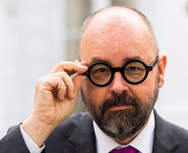 FILED - 05 April 2017, Hamburg: Bestselling Spanish author Carlos Ruiz Zafon. Photo: picture alliance / Christophe Gateau/dpa
