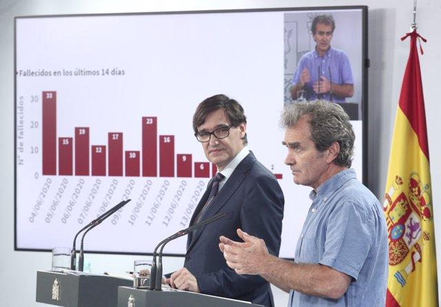 El ministro de Sanidad, Salvador Illa (i), y el director del CCAES, Fernando Simón, durante su intervención en una rueda de prensa actualización de las series de datos epidemiológicos en España, en Madrid (España), a 19 de junio de 2020.