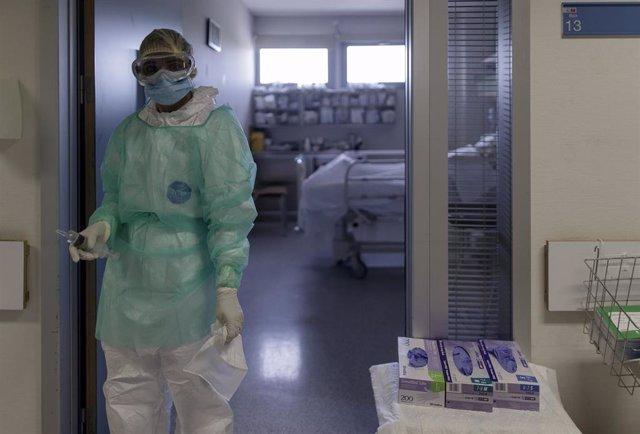 Un trabajador sanitario en la puerta de la habitación de un paciente ingresado en la Unidad de Cuidados Intensivos del Hospital Infanta Sofía en San Sebastián de los Reyes (Madrid). En San Sebastián de los Reyes, Madrid, (España), a 28 de abril de 2020.