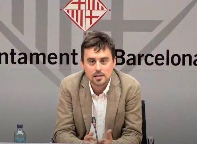 El regidor de Drets de Ciutadania i Participació de Barcelona, Marc Serra, durant la roda de premsa telemàtica per presentar un nou impuls del consistori al programa d'acolliment a persones refugiades Nausica, el 19 de juny de 2020.