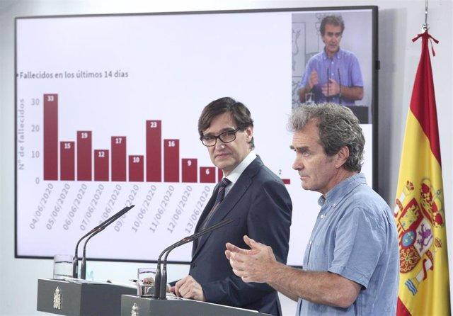 El ministro de Sanidad, Salvador Illa (i), y el director del CCAES, Fernando Simón, durante su intervención en una rueda de prensa sobre la recogida y actualización de las series de datos epidemiológicos en España, en Madrid (España), a 19 de junio de 202