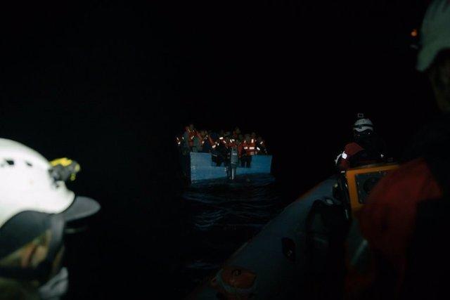 El 'Sea Watch 3' rescata una embarcación con migrantes y refugiados