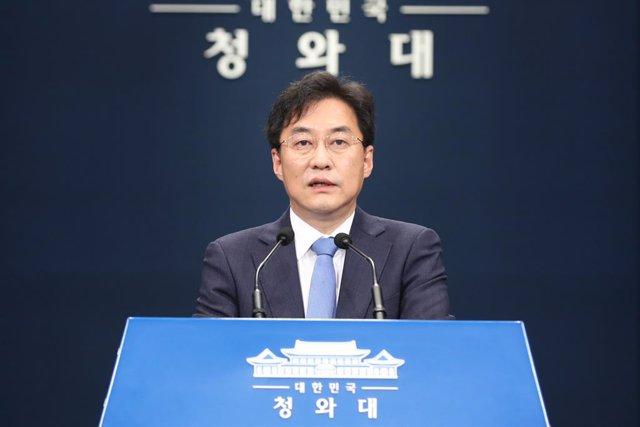 19 June 2020, South Korea, Seoul: Presidential spokesman Kang Min-Seok announces that South Korean President Moon Jae-in accepted Unification Minister Kim Yeon-Chul resignation. Photo: -/YNA/dpa