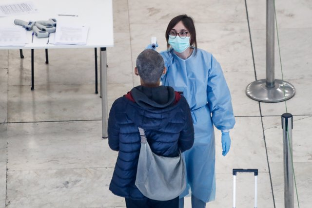 Controles de temperatura a pasajeros realizados en la terminal 4 del Aeropuerto de Madrid-Barajas Adolfo Suárez.