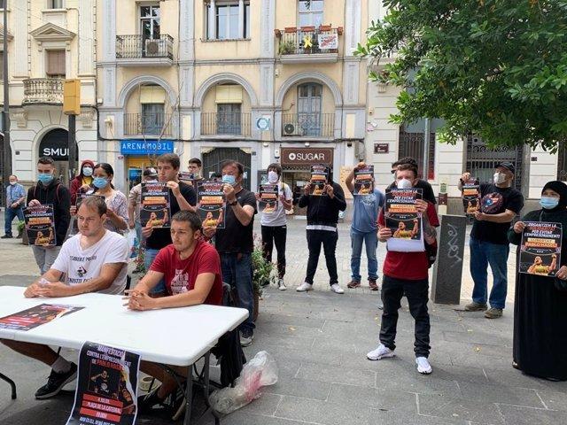 Pablo Hasél (primer per l'esquerra assegut) amb membres de la plataforma que demana la seva absolució.