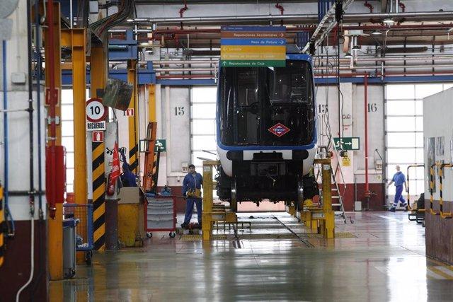 Imagen de recurso de las instalaciones del Centro de Control de Metro de Madrid, donde se ve un vagón de Metro en reparación.