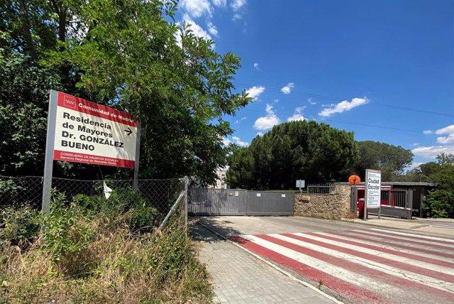 Cartel de entrada de la Residencia Doctor González Bueno, la residencia pública más grande de España, que ha cerrado sus puertas a visitas de familiares al recibir los resultados de las últimas PCR realizadas a los usuarios, que dejan una decena de casos