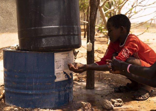 Un nen refugiat somali es renta les mans abans d'ingressar al centre de salut al campament de Buramino, Etiòpia