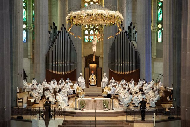 Vista de l'altar on atenen els assistents que han acudit a la celebració de la primera missa en la Sagrada Família des de l'inici de l'estat d'alarma, oficiada pel cardenal Juan José Omella, a Barcelona, a 19 de juny de 2020.