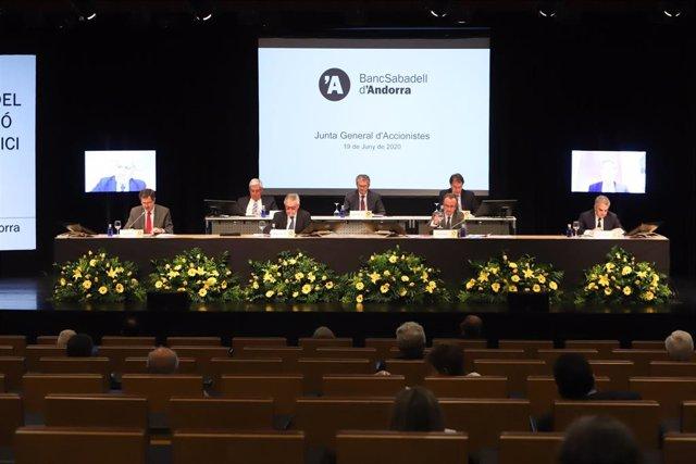 Los directivos de BancSabadell d'Andorra durante la celebración de la Junta General este viernes en el Centro de Congresos de Andorra la Vella.