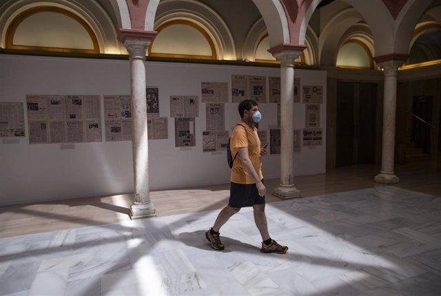 Un visitante con mascarilla en una de las salas expositivas durante el primer día de reapertura de la Casa de la Provincia, tras la crisis sanitaria provocada por el COVID-19, en Sevilla (Andalucía, España), a 02 de junio de 2020.