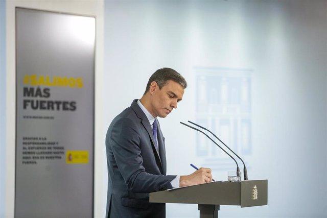 El presidente del Gobierno, Pedro Sánchez, durante su comparecencia en rueda de prensa en el Palacio de la Moncloa tras la última conferencia con los presidentes autonómicos por videoconferencia durante el estado de alarma, que terminará el próximo 21 de