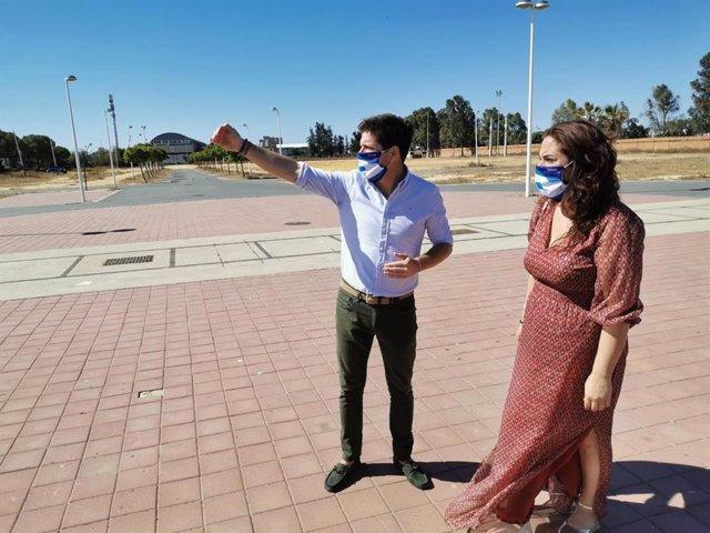 El portavoz del Grupo Municipal de Cs en el Ayuntamiento de Huelva, Guillermo García de Longoria,  acompañado por la viceportavoz, Noelia Álvarez, en la zona en la que se sitúa en el mercadillo.