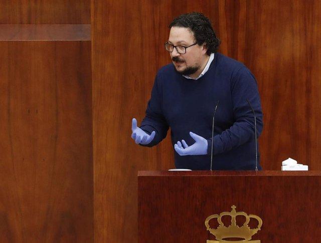 El portavoz de Unidas Podemos, Jacinto Morano, durante su intervención en un pleno de la Aamblea de Madrid.