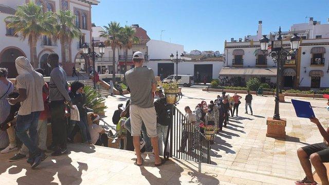 Huelva.- Coronavirus.- Largas colas en algunos ayuntamientos de pueblos freseros
