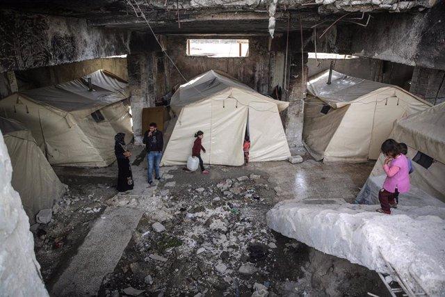 Desplazados internos en un campamento levantado en un estadio de la ciudad de Idlib, en el noroeste de Siria