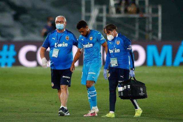 Francis Coquelin, del Valencia CF, se retira lesionado el pasado jueves en Valdebebas