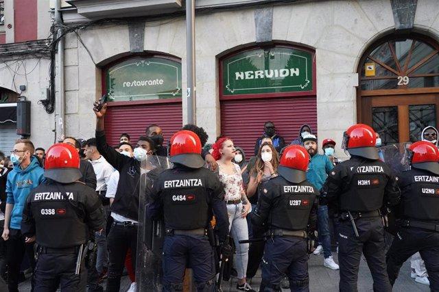 'Antifascistas' se concentran contra un mitin de el secretario general de Vox, Javier Ortega Smith, en Bilbao