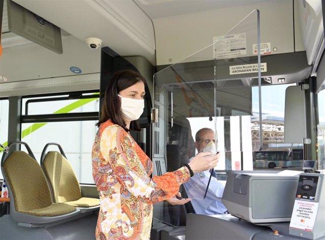 La alcaldesa de Santander, Gema Igual, supervisa las mamparas protectoras instaladas en los autobuses del TUS
