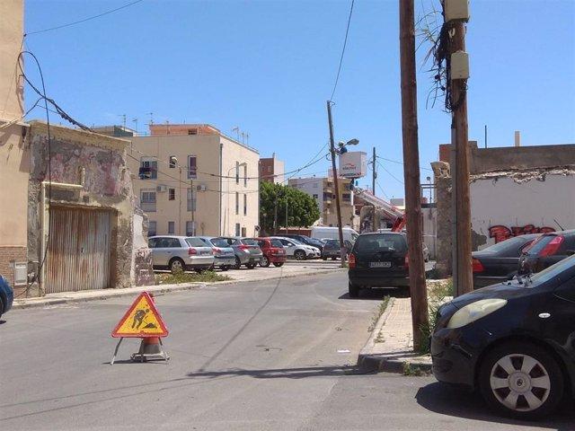 Un operario realiza trabajos sobre el tendido eléctrico en Barrio Alto, en Almería