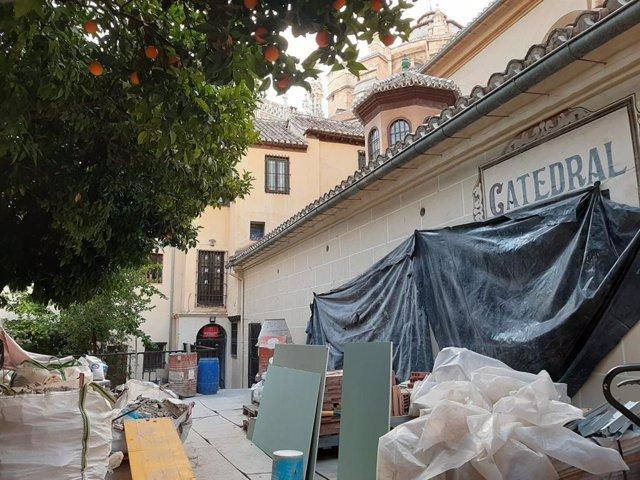 Vista exterior de los trabajos en el edificio adyacente a la Catedral de Granada