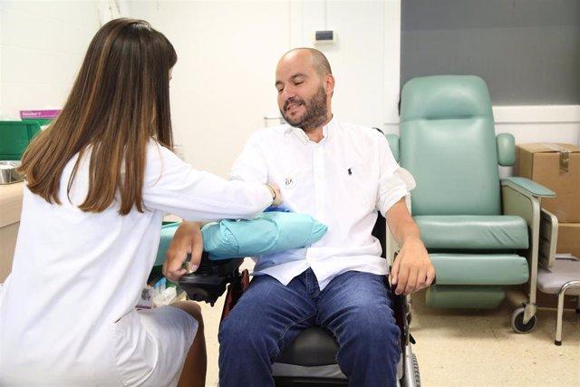 Un paciente de ELA en una consulta hospitalaria.