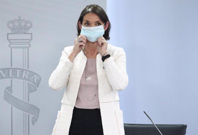 La ministra de Industria, Comercio y Turismo, Reyes Maroto; protegida con mascarilla al finalizar la comparecencia rueda de prensa posterior al Consejo de Ministros celebrado en Moncloa, en Madrid (España), a 16 de junio de 2020.