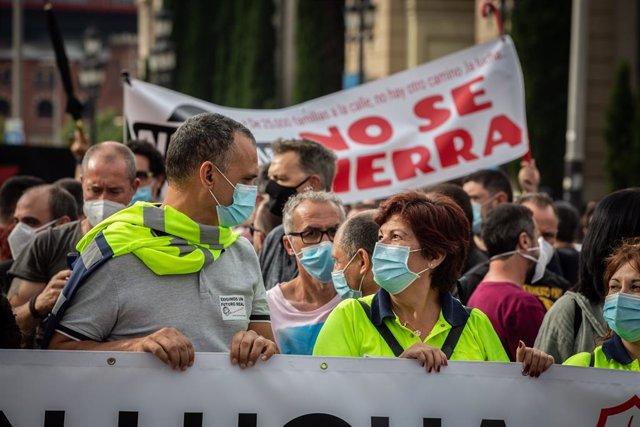 Una multitud de personas durante una nueva manifestación de trabajadores de Nissan, esta vez en la Plaza de España.