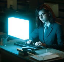Mujer con gafas trabajando en el ordenador.