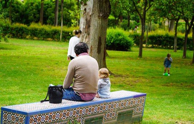 Unos padres con su hijos en  el Parque de Maria Luisa, foto de archivo