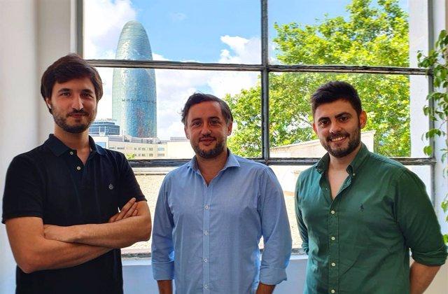 Imagen de los tres fundadores de Swipcar, con Julio Ribes en el centro.