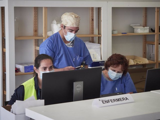 Treballadors sanitaris protegits atenen als pacients