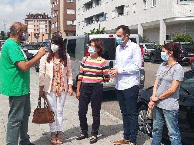 La portavoz de Ciudadanos en la Junta General, Laura Pérez Macho, se reúne con responsables de la Asociación de Vecinos Nuevo Roces, en Gijón