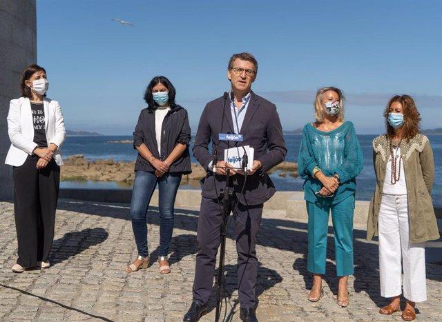 El presidente del PP de Galicia, Alberto Núñez Feijóo, en un acto de partido junto a la número dos por Pontevedra para el 12J, Corina Porro, y el resto de cabezas de lista: Ángeles Vázquez (A Coruña), Elena Candia (Lugo) y Marisol Díaz (Ourense).