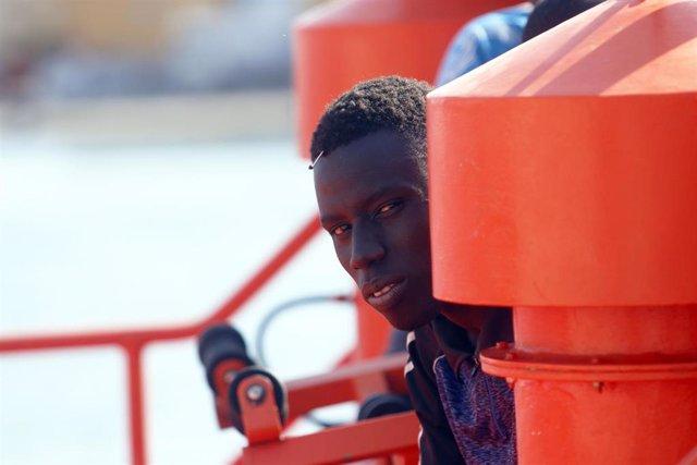 Una persona rescatada por Salvamento Marítimo en una imagen de archivo.