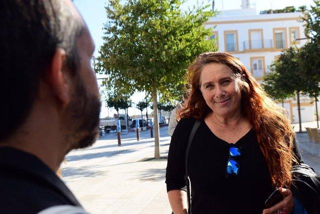 La Secretaria Insular de Podemos Ibiza y portavoz del Grupo Unidas Podemos en el Consell de Ibiza, Viviana de Sans, atendiendo a los medios de comunicación.