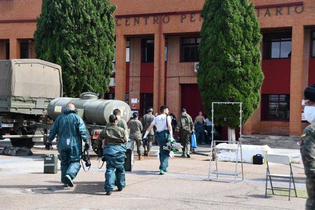 Militares entran en la prisión de Badajoz para su descontaminación