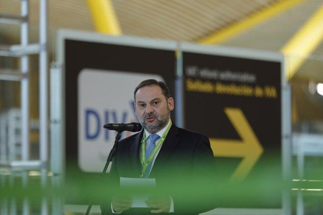 El ministro de Transportes, Movilidad y Agenda Urbana, José Luis Ábalos, atiende a los medios en su visita al Aeropuerto Adolfo Suárez Madrid-Barajas donde ha acudido para supervisar las medidas de seguridad puestas en marcha ante el Covid-19.