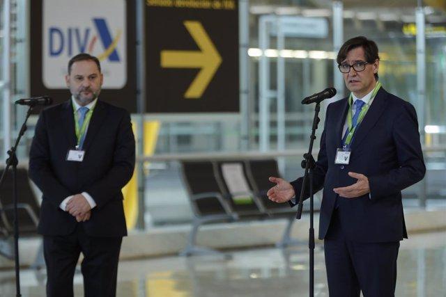 El ministro de Transportes, Movilidad y Agenda Urbana, José Luis Ábalos (i), y el ministro de Sanidad, Salvador Illa, atienden a los medios en su visita al Aeropuerto Adolfo Suárez Madrid-Barajas