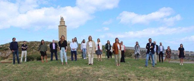 La candidata de Ciudadanos a la Xunta, Beatriz Pino, junto a la candidatura por A Coruña a las elecciones gallegas del 12 de julio.