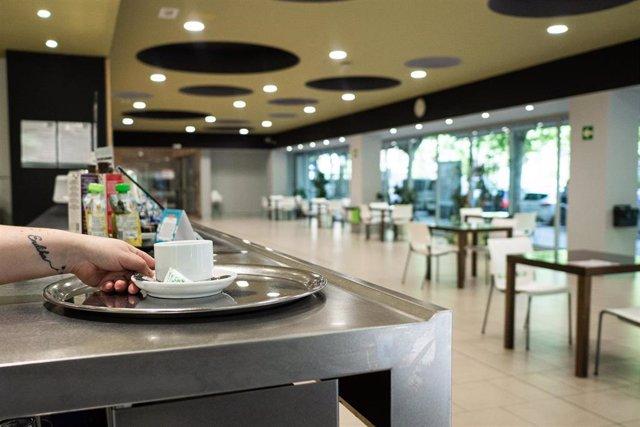 Una camarera prepara un café en la cafetería del centro cívico El Pilar,