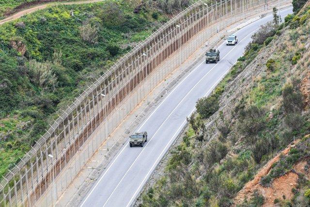 Ejercito patrullando el perímetro fronterizo de España con Marruecos en la frontera de Ceuta