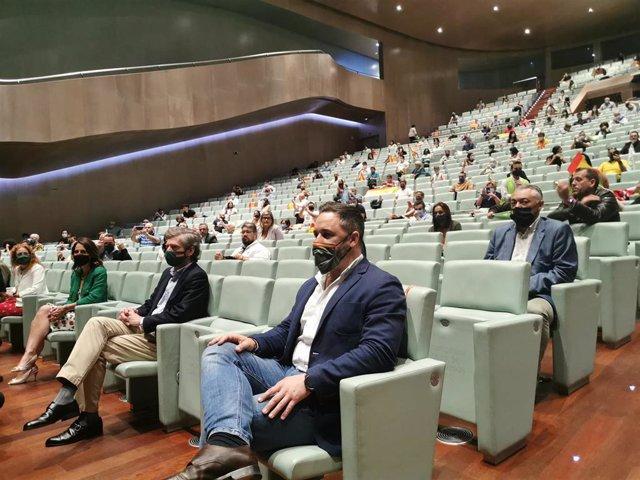 El presidente de Vox, Santiago Abascal, y el cabeza de lista de Vox a las elecciones del 12 de julio por Pontevedra, Antonio Ramilo, en un acto de partido en el Auditorio Mar de Vigo.