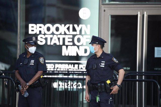 Agentes de la Policía de Nueva York (NYPD) en Brooklyn durante las protestas por la mueret del afroamericano George Floyd en una operación policial en Mineápolis