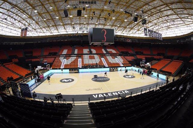 El sistema de publicidad dinámica en escalones de la barcelonesa Stairmedia, en el pabellón Fuente de San Luis de Valencia durante el primer partido de la fase final de la Liga Endesa.