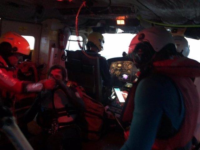 El helicóptero rescata en buen estado a un chico que había desaparecido en el pantano del Ebro mientras hacía kite surf
