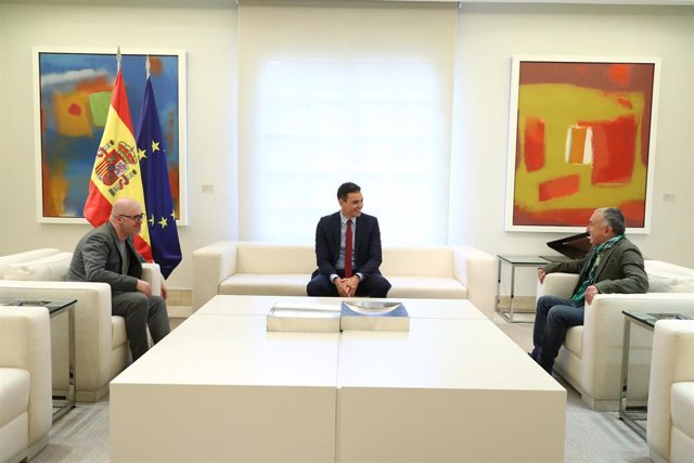 El presidente del Gobierno, Pedro Sánchez (c), se reúne con los secretarios generales de UGT, Pepe Álvarez (d), y de CCOO, Unai Sordo (i), en el Complejo de la Moncloa, Madrid (España), a 17 de junio de 2020.