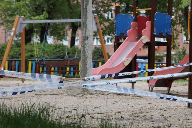 Parques infantiles de la capital precintados con cintas de la policía por la crisis del Covid-19